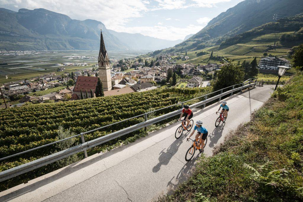 Rennradfahren an der Südtiroler Weinstraße © Alex Moling