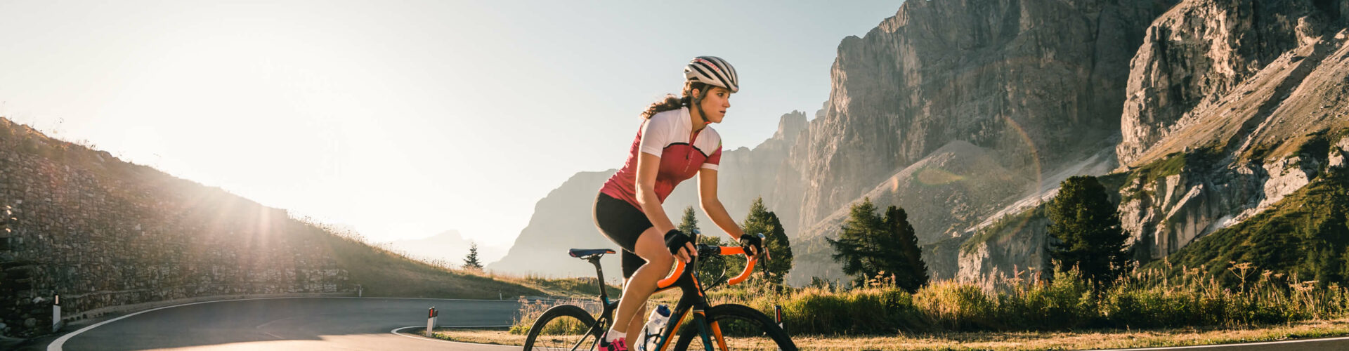 Rennrad fahrende Frau in Alta Badia